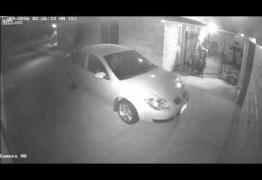 VEJA VÍDEO: Homem vestido de palhaço e armado com faca tenta invadir residência