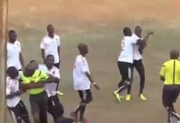 VEJA VÍDEO: Jogador agride árbitro após cartão vermelho