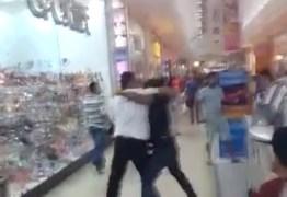 Homens trocam socos e pontapés dentro de shopping; VEJA AS IMAGENS