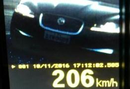 PRF flagra carro correndo a 206 km/h na Paraíba