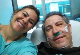 Jornalista que sobreviveu à queda de voo posta foto no hospital