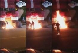 VEJA VÍDEO: irmãos ateiam fogo em Papai Noel gigante e são presos