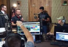 Após 1 mês, Rafael Henzel visita rádio para qual trabalha em Chapecó