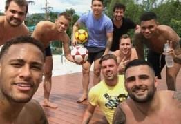 Neymar posta fotos com amigos durante a visita ao Brasil