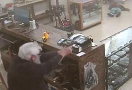 IMAGENS FORTES – Dupla tenta assaltar loja de armas e um deles é morto pelo dono do estabelecimento