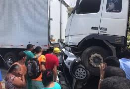 ACIDENTE GRAVÍSSIMO – Carro é esmagado por duas carretas; uma pessoa morre