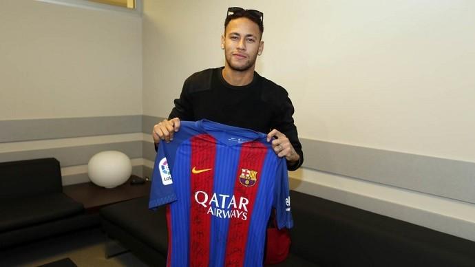 neymar2 9cWkwE8 - VEJA VÍDEO: camisa do Barça enviada para a Chape tem dedicatória especial de Neymar