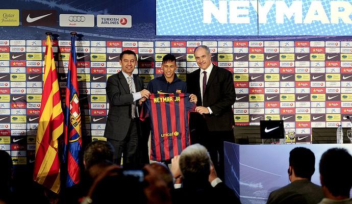 neymar apresentacao camisa2 get.jpg 95 - Barça admite ter contratado Neymar antes do prazo permitido pela Fifa