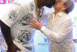 Palmirinha e Mr. Catra trocam beijo em pré-estreia de filme