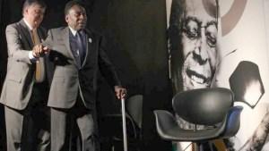 pele bengala 300x169 - Por causa de erros médicos Pelé não conseguiria mais andar