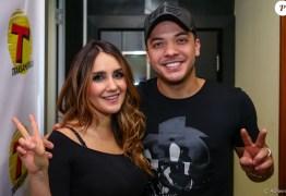 Wesley Safadão posa em foto com ex-RBD em rádio paulista