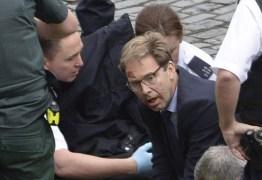 Parlamentar britânico vira herói tentando salvar vida de policial durante ataque em Londres