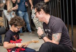 Caio Gonçalves, fã da banda 'Capital Inicial, realiza sonho de conhecer ídolo