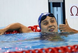 Nadadora que teve coxa operada após queda de árvore deixa hospital