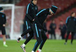 Neymar tira onda com Piqué em treino do Barça