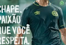 Chapecó apresenta nova camisa do time que homenageia os jogadores mortos no acidente aéreo