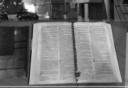 Bíblia fica intacta após incêndio em loja e chama atenção da população