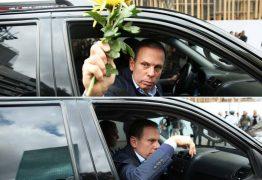 Doria recebe flor de ciclista 'pelos mortos nas marginais' e atira no chão