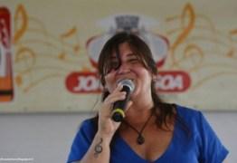 Cris Munhoz canta clássicos no Sabadinho Bom