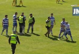 VEJA VÍDEO: Jogador acerta joelhada em juiz na terceira temporada do campeonato português