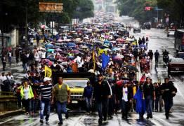 Em meio a crise financeira venezuelanos são obrigados a enterrarem parentes dentro de casa
