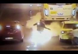 Vídeo mostra homem tomado por fogo após cair de moto no Túnel Rebouças