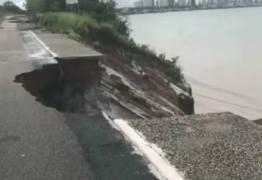 VEJA O VÍDEO: Chuva aumenta erosão na barreira do Cabo Branco; ciclovia desabou