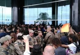 Ato com manifestantes pró e contra Bolsonaro tem tumulto e bomba de efeito moral em Florianópolis