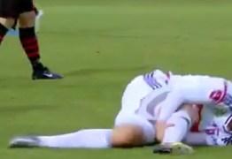 Veja vídeo: jogador encena lesão e paga mico em campeonato