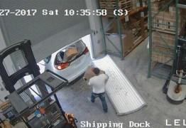 VEJA VÍDEO: Dupla de homens assalta depósito e leva 30 mil camisinhas