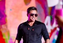 VEJA VÍDEO: Para não perder o próprio show, Wesley Safadão pega carona de moto