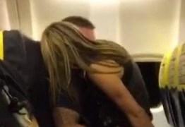 Casal é flagrado em cenas quentes dentro de avião – VEJA FOTOS