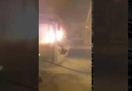Ônibus pega fogo na noite desta quarta-feira; veja vídeo