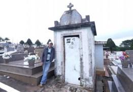 Pedreiro mora há 11 anos dentro de túmulo