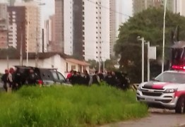 Carro capota após perseguição e troca de tiros; Homem foi preso