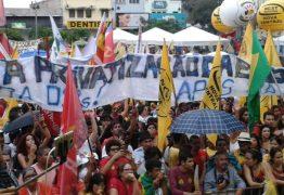 Aliados de Ricardo proíbem exibição de faixa contra a terceirização da educação