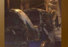 Caminhão é incendiado durante madrugada, em Cabedelo