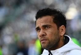 CBF oficializa Dani Alves fora da Copa e diz que jogador será operado