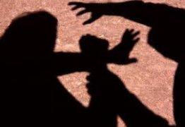 Mãe é presa suspeita de espancar filho de quatro anos