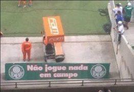 """Após piada no dérbi, Palmeiras retira placa de """"não jogue nada em campo"""""""