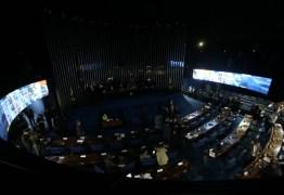 Eunício Oliveira suspende sessão e chama senadores de 'ditadores'