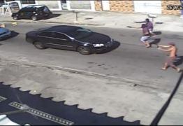 VEJA VÍDEO: Câmeras flagram bandidos roubando carros no trânsito