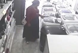 VEJA VÍDEO – Mulher furta loja e esconde TV de 32 polegadas debaixo da saia