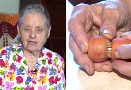 Mulher recupera anel em cenoura após perdê-lo em horta há 13 anos