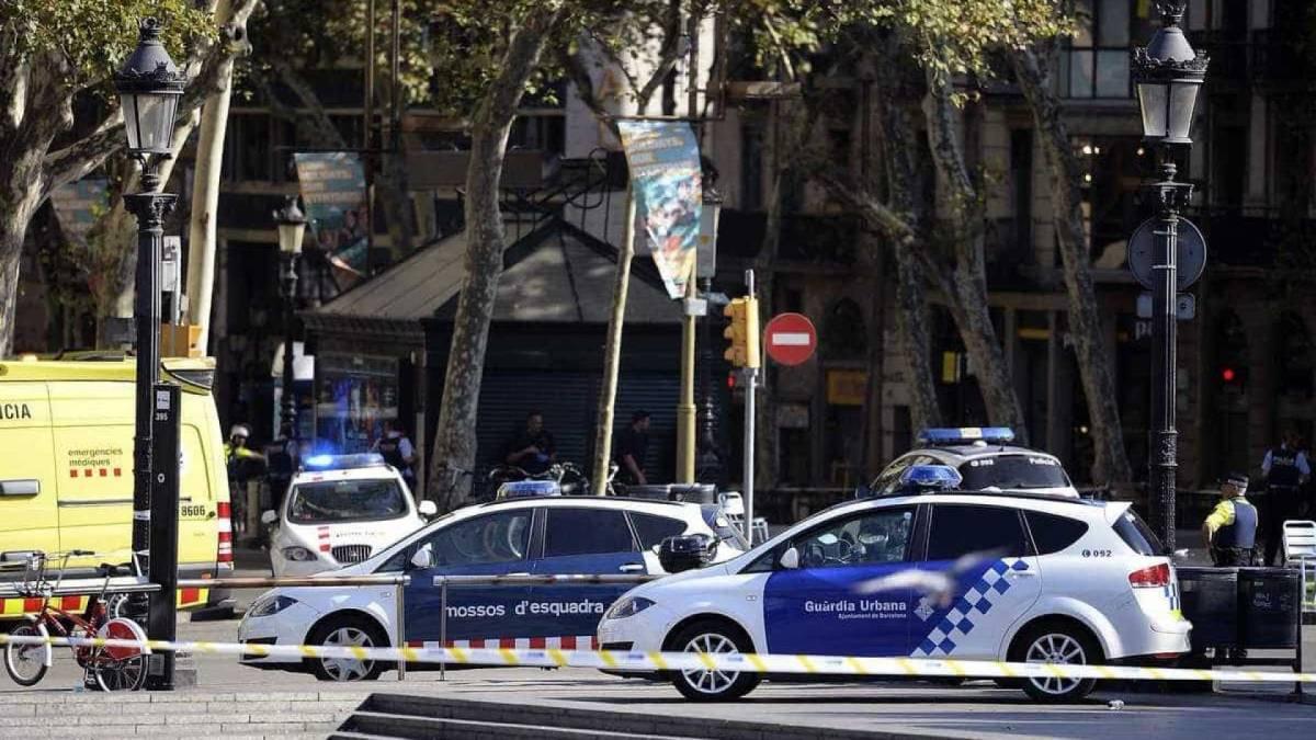 ataque terrorista barcelona carrinho de entrega de mercadorias policiais atropelados 17 08 2017  - BARCELONA: Três policiais catalães são atropelados em posto de controle próximo ao local do atentado terrorista