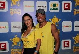VEJA VÍDEO: Denilson reclama de vestido curto de Luciele Di Camargo