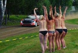 Torcedoras animadas fazem topless durante corrida para incentivar pilotos