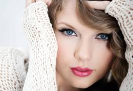 Taylor Swift diz que foi assediada por radialista: 'Foi um apalpada… uma apalpada muito longa'