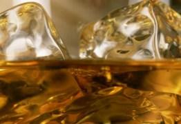 Química explica por que colocar água no uísque pode melhorar seu gosto