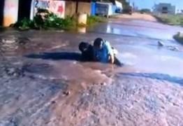 VÍDEO: Casal e moto são 'engolidos' por buraco em João Pessoa